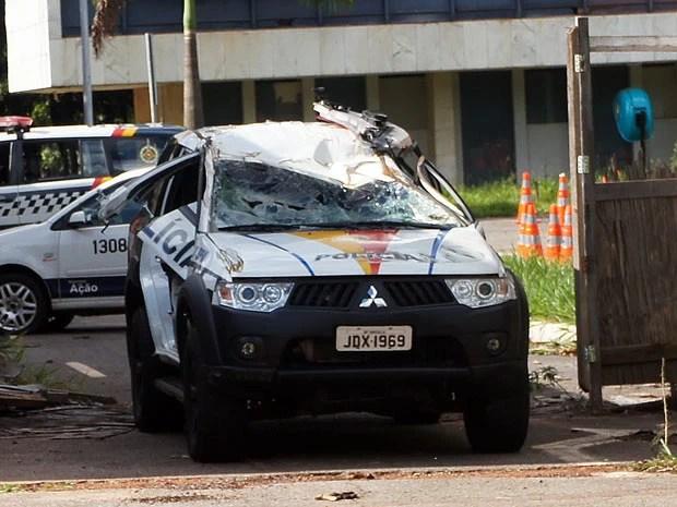 Viatura do batalhão da PM localizado no Setor de Administração Municipal (SAM), centro de Brasília, tem sinais de capotagem (Foto: Ricardo Moreira/G1)