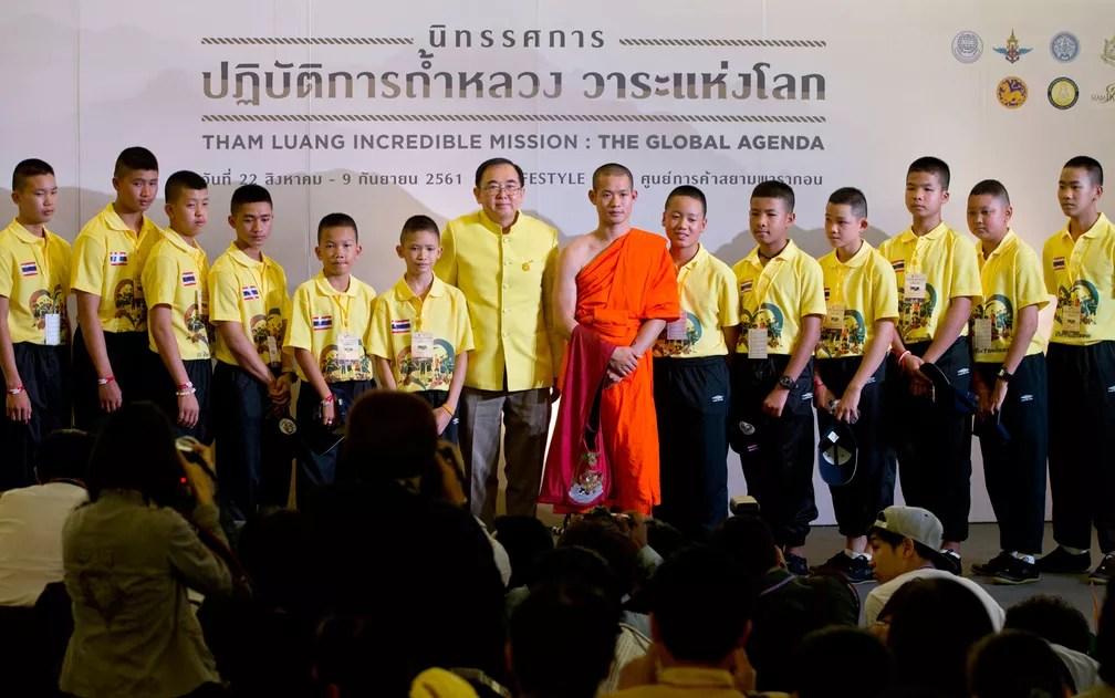Os integrantes do 'Javalis Selvagens' e seu treinador posam para uma foto ao lado do ministro da Cultura da Tailândia, Veera Rojpojanarat, após palestra em Bangcoc, na quinta-feira (6) (Foto: AP Photo/Gemunu Amarasinghe)