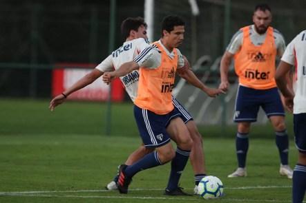 Hernanes é um dos destaques nos treino no CT de Cotia — Foto: Rubens Chiri / saopaulofc.net