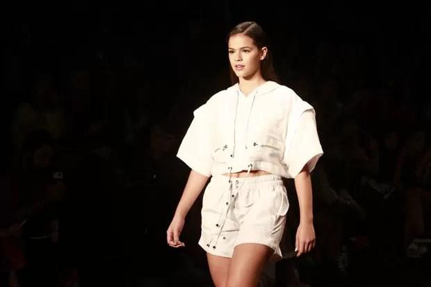 Bruna Marquezine desfila pela Coca Cola Jeans no Fashion Rio (Foto: Isac Luz / EGO)