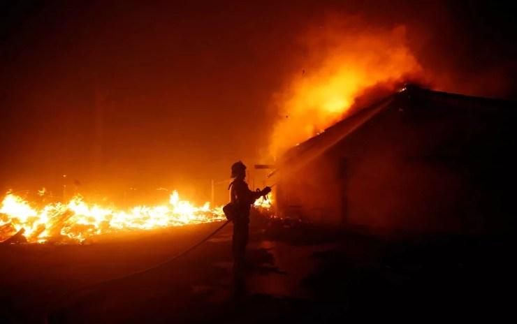 Bombeiro combate fogo em Malibu, Califórnia — Foto: Eric Thayer / Reuters