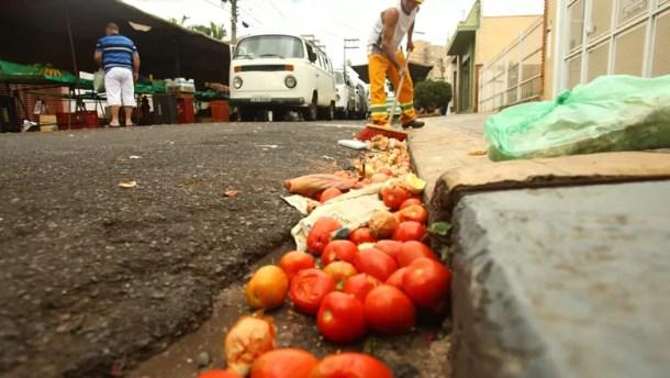 desperdicio-de-comida-Ribeirão-Preto-Reaproveitamento de alimentos que seriam desperdiçados - Feira na região central de Ribeirão Preto - Tomates desperdiçados jogados na rua durante a feira (Foto: Pierre Duarte/Ed. Globo)