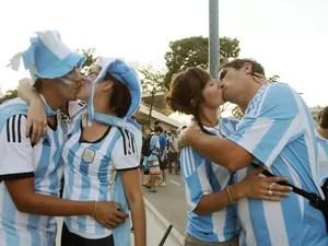 Casais argentinos apaixonados dão beijo próximo ao Maracanã (Foto: Alexandre Durão / G1)