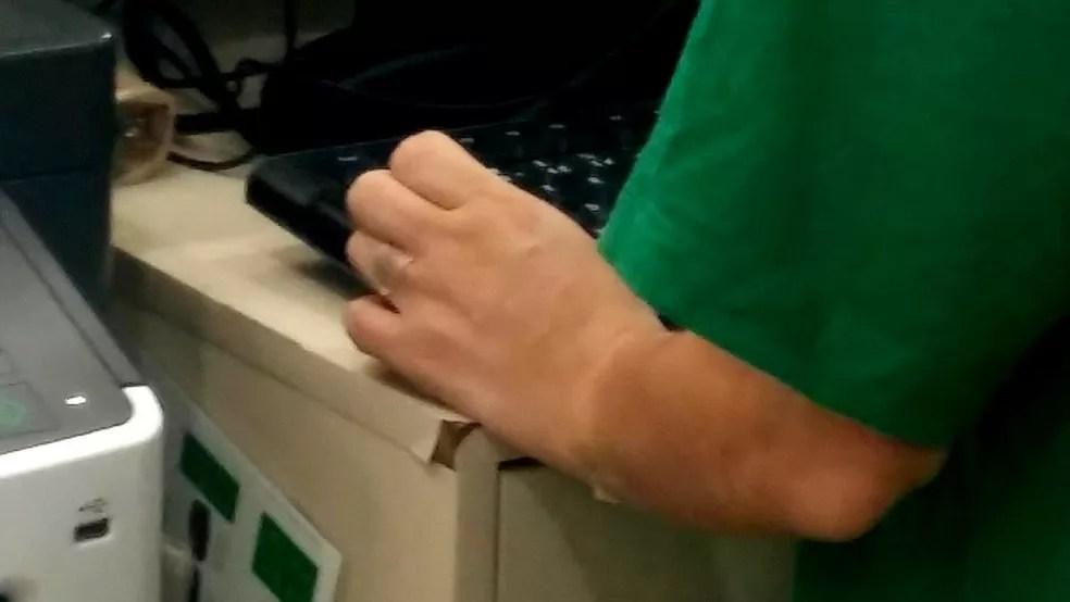 Funcionária da Localiza usa microporo no dedo anelar e no antebraço para esconder tatuagem — Foto: Felipe Souza/BBC News Brasil
