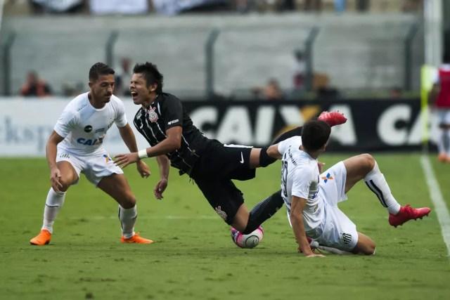 """Romero sofre falta de Léo Cittadini, em Santos x Corinthians: paraguaio saiu de campo chamando Santos de """"time pequeno"""" (Foto: Ivan Storti / Divulgação Santos FC)"""