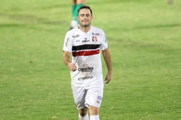 Pipico lamenta derrota do Santa Cruz durante Série C — Foto: Marlon Costa/Pernambuco Press
