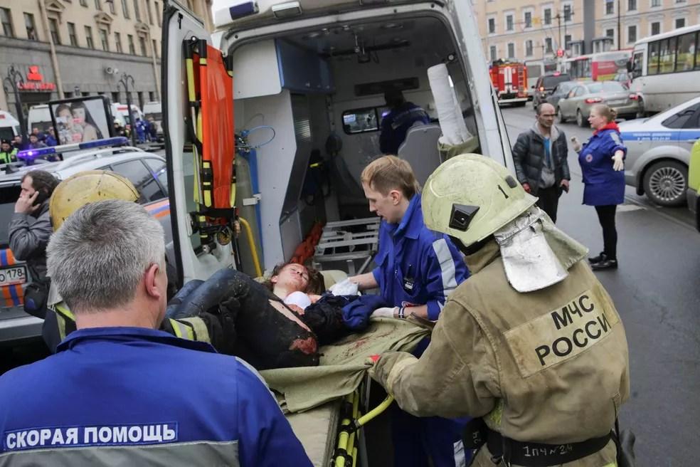 Mulher ferida é socorrida de maca até uma ambulância após explosão na estação de metrô Sennaya Ploshchad, em São Petersburgo, Rússia (Foto: Anton Vaganov/Reuters)