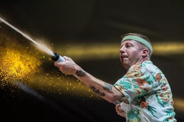 Macklemore joga água na galera durante show no Lollapalooza 2019 — Foto: Fábio Tito/G1