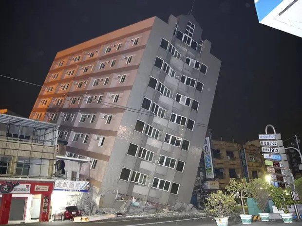 Prédio fica inclinado após terremoto de magnitude 6,4 atingir cidade de Tainan, no Taiwan (Foto: REUTERS/Stringer )