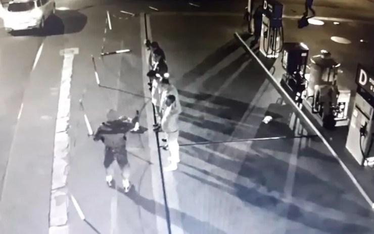 Homem armado faz reféns em frente a posto de combustível em Iracemápolis — Foto: Reprodução/EPTV