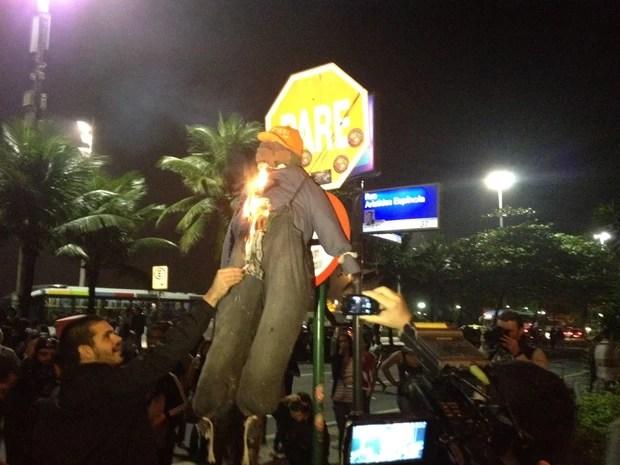 Manifestantes colocaram fogo em boneco de Sérgio Cabral (Foto: Isabela Marinho/G1)