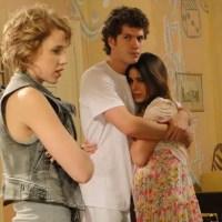 Cristal se faz de vítima após tapa de Alexia e é consolada por Gabriel. Hoje em Malhação, 06/06