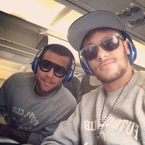 Neymar e Dani Alves, Barcelona embarcando (Foto: Reprodução / Instagram)