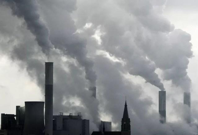 Segundo o relatório 'Estado do Clima 2018', o efeito das emissões de gases para o aquecimento da atmosfera foi 43% maior no ano passado do que em 1990 — Foto: Frank Augstein/AP
