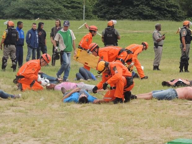 Na simulação, socorristas isolaram área para atendimento de feridos em briga (Foto: Estêvão Pires/G1)