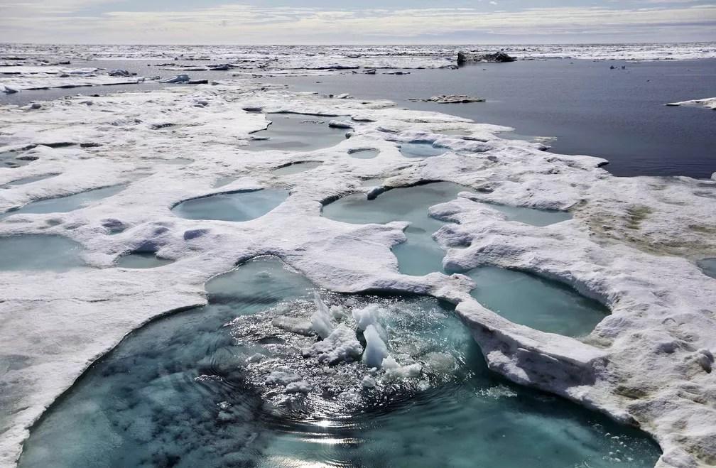 Gelo está derretendo no Mar de Beaufort, na costa do Alasca. Imagem feita pela embarcação enquanto atravessava o noroeste de Ártico, neste domingo (16) (Foto: David Goldman/AP Photo)