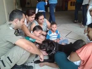 Cadela ajuda na recuparação de crianças em Divinópolis (Foto: Apae/Divulgação)