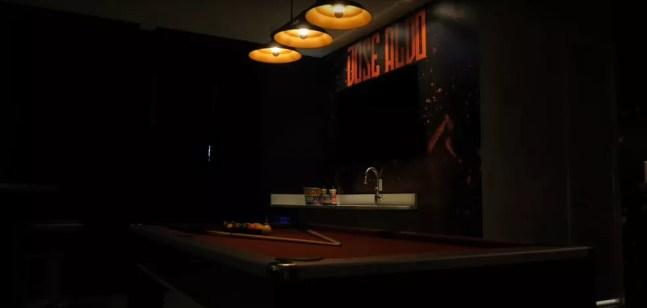 Mesa de sinuca e bar — Foto: Reprodução / YouTube