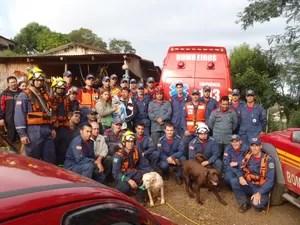 Cerca de 30 bombeiros, além de cães farejadores, participaram do resgate (Foto: Corpo de Bombeiros/Divulgação)