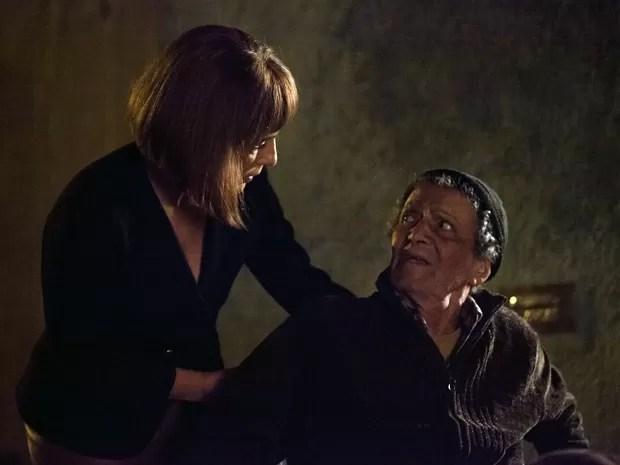 Sebastião implora para Beatriz não lhe fazer mal (Foto: Fabiano Battaglin / Gshow)