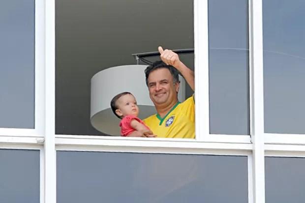 VAI, NÃO VAI Aécio Neves, com a filha no colo, não foi às manifestações e as apoiou de longe. O PSDB segue relutante o movimento das ruas (Foto: Lucas Figueiredo/Folhapress)