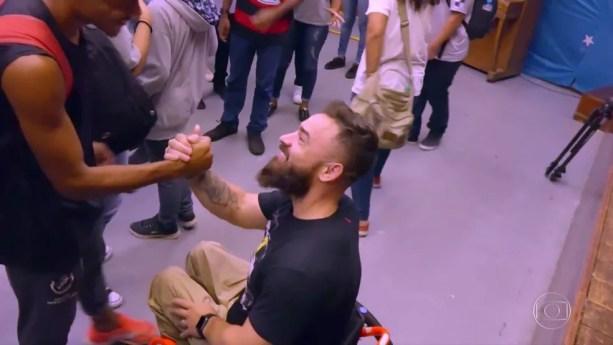 Diego cumprimenta os estudantes após a palestra — Foto: TV Globo
