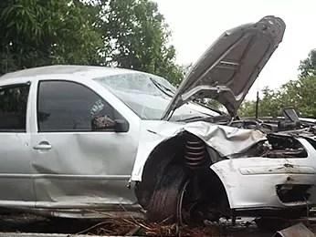 Carro de suspeitos ficou destruído. (Foto: Denise Soares/ G1)