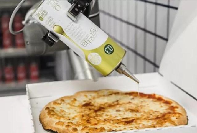 Robô pizzaiolo em ação (Foto: Divulgação/Ekim)