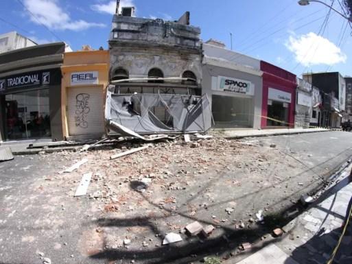 Incêndio atingiu loja na Rua Gervásio Pires, na região central do Recife, durante a madrugada (Foto: Aldo Carneiro/Pernambuco Press)