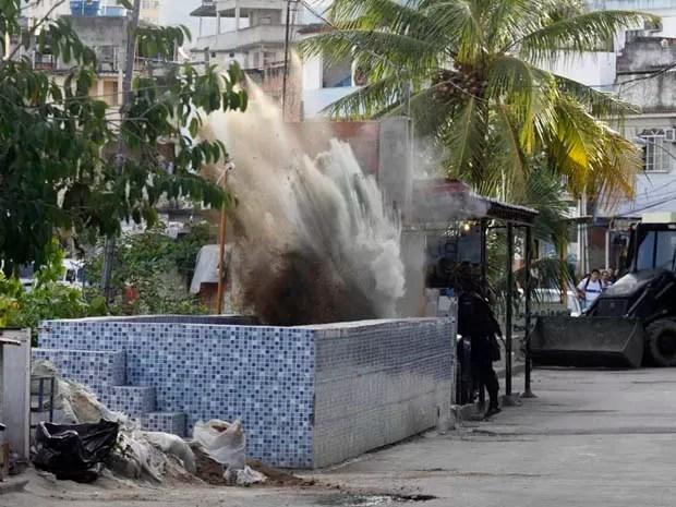 Bope destrói piscina construída por traficantes no Jacarezinho - Policiais do Bope (Batalhão de Operações Policiais Especiais) entraram na comunidade do Jacarezinho, por volta das 8h, nesta terça-feira, na zona norte da cidade.  (Foto: Foto: Guto Maia /Frame/Folhapress)