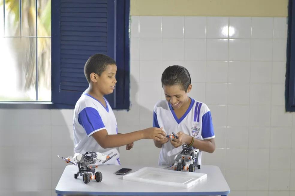 Gabriel (esquerda) e Adriano (direita) demoraram cerca de uma hora para montar o drone (Foto: Divulgação/Rodrigo Costa)
