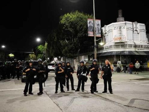 Policiais vigiam ruas de Los Angeles. (Foto: Kevork Djansezian / Getty Images / AFP Photo)