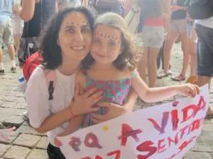 Angélica Kalil, 40, e Tarsila, 5, participam de protesto (Foto: Aline Lamas/G1)