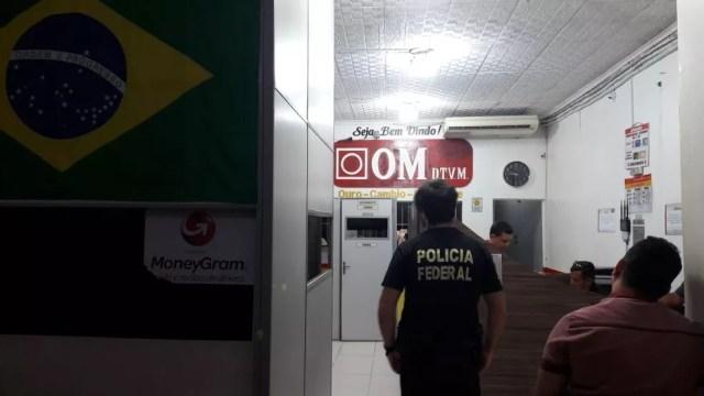 Polícia Federal cumprindo mandados de busca e apreensão em loja de compra e venda de ouro em Santarém (Foto: Polícia Federal/Divulgação)