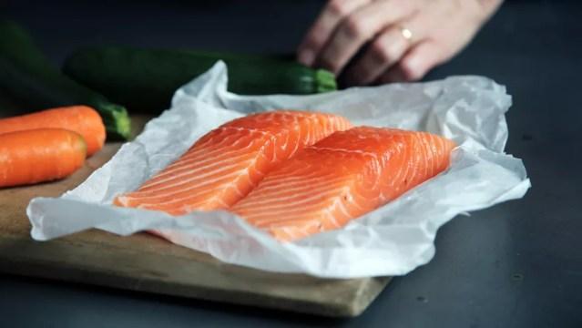 Os pescados são recomendáveis à saúde, porém a composição nutricional dos peixes criados em cativeiro depende da ração que é fornecida, diz especialista sobre o salmão de cativeiro — Foto: Caroline Attwood/Unsplash