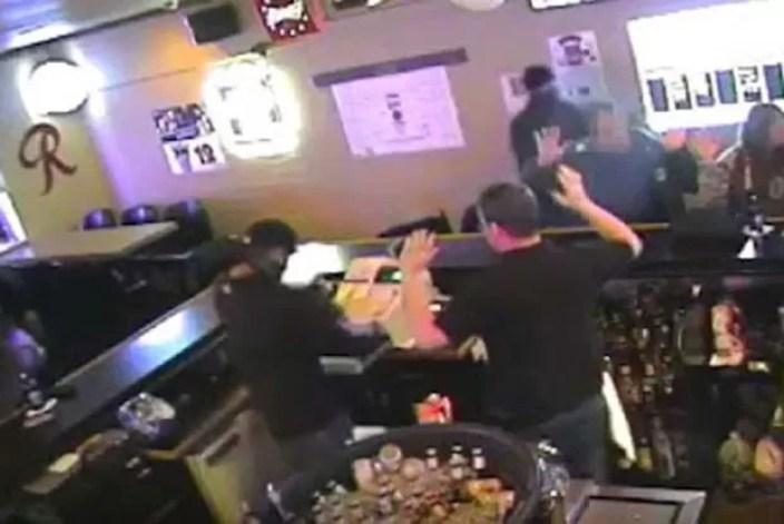 Enquanto criminoso apontava armava, casal curtia momento amoroso (Foto: Reprodução/YouTube/Billings Gazette)