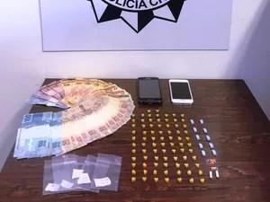 Dinheiro e drogas foram apreendidos no apartamento da universitária (Foto: Divulgação/Polícia Civil)