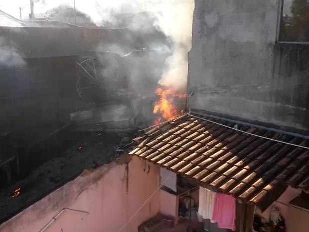 Avião de pequeno porte cai sobre casa no bairro Minaslândia, em Belo Horizonte (Foto: José Neto/ TV Globo)