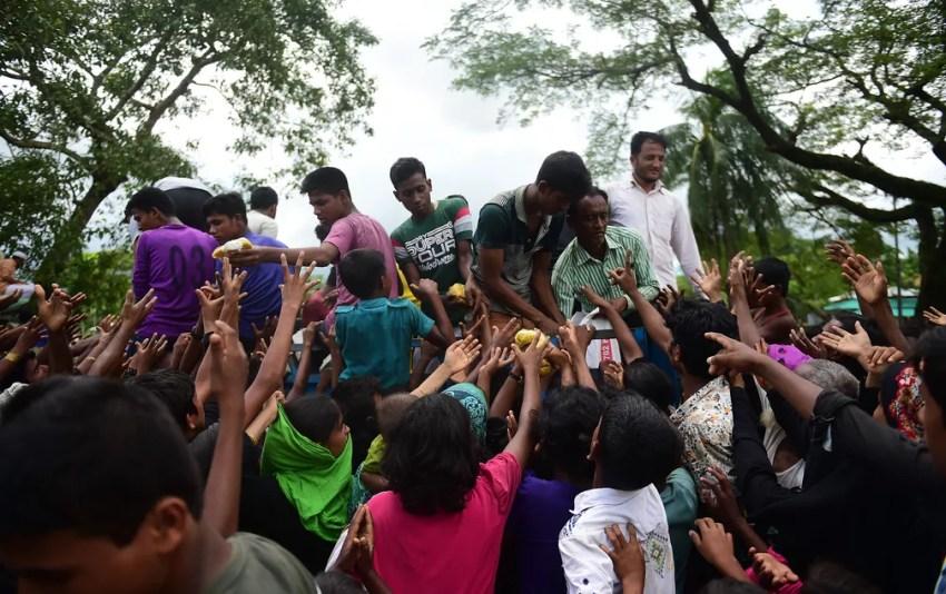 Refugiados rohingya em Banglaseh tentam pegar comida distribuída de um caminhão (Foto: AFP/Munir Us Zaman)