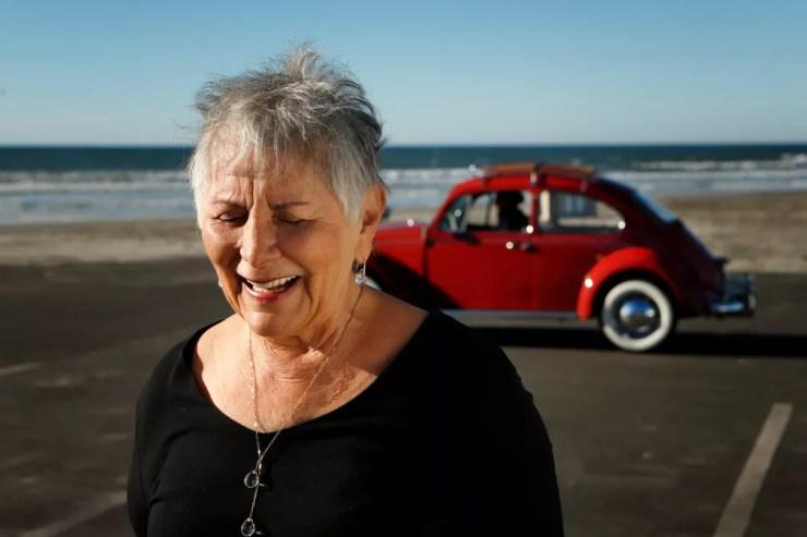 """Kathleen Brooks e seu Fusca 1967 """"Annie"""" restaurado — Foto: Volkswagen/Divulgação"""