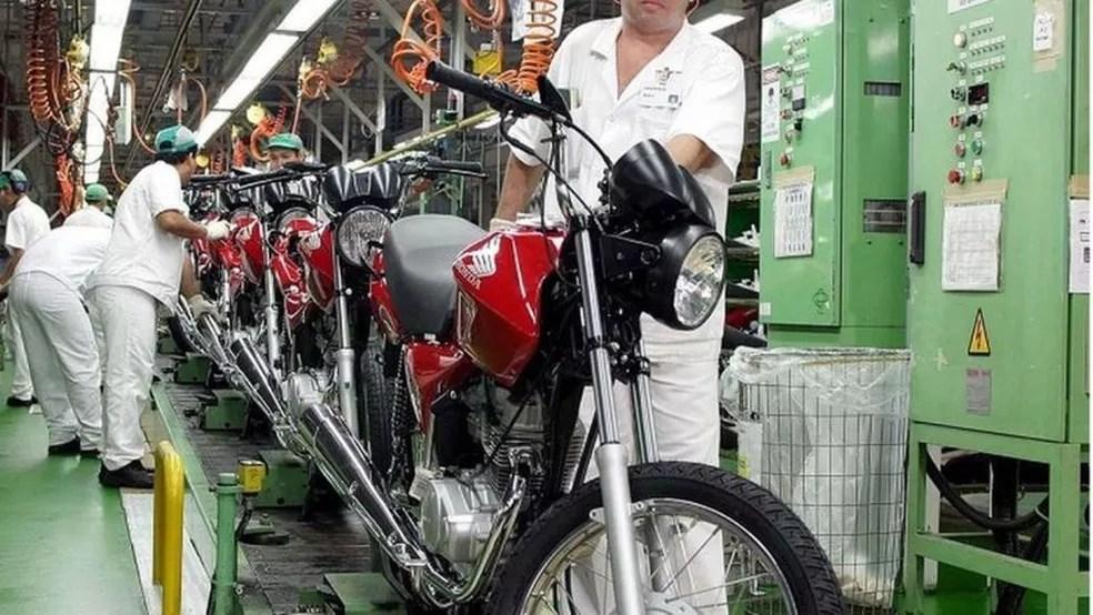 Fabricantes Honda, Dafra, Triumph e J. Toledo chegaram a parar temporariamente a produção em Manaus — Foto: Agência Brasil/Via BBC