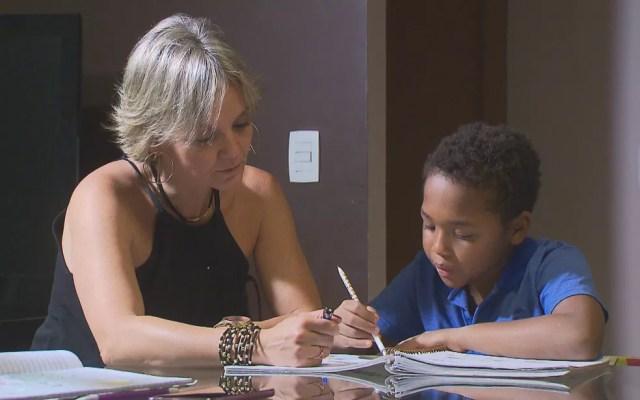 A analista de sistemas de Brasília Raquel Nunes adotou o Marcelo, que foi diagnosticado com paralisia cerebral (Foto: TV Globo/Reprodução)