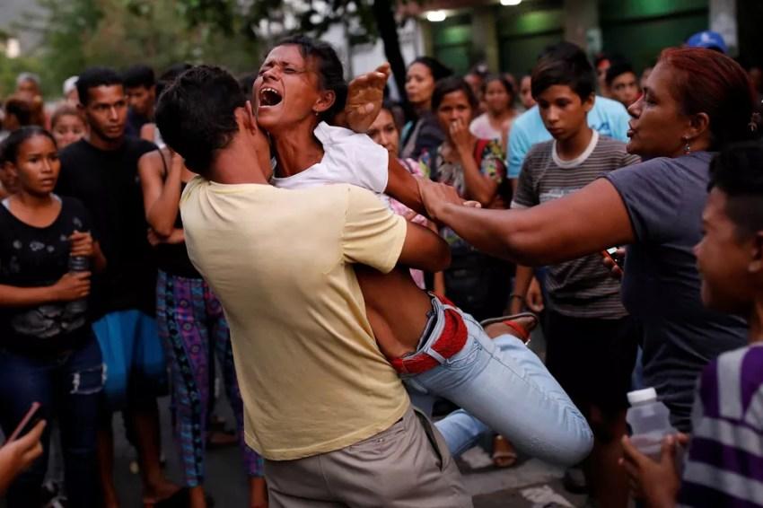 Parente de detendo de prisão de Valência, na Venezuela, reage do lado de fora da prisão em que houve um incêndio nesta quarta-deira (28) (Foto: Carlos Garcia Rawlins/Reuters)