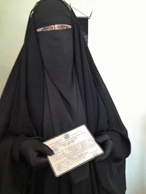 Gisele Marie com sua identidade islâmica, expedida por uma mesquita em São Paulo (Foto: Giovana Sanchez/G1)