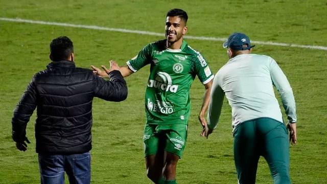 Kaio comemora com Jair Ventura o gol da Chape