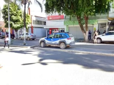 Segundo polícia, mãe do funcionário estaria sendo feita de refém em outro local da cidade (Foto: Blog do Sigi Vilares)