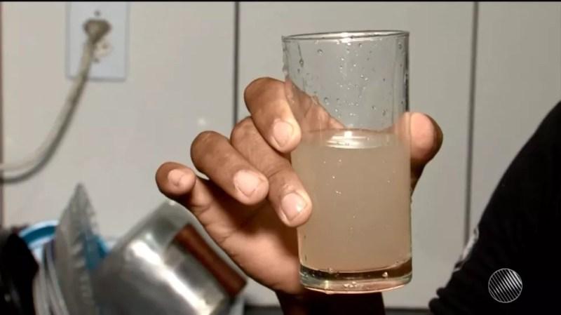 Moradores na BA reclamam de água amarelada e com mau cheiro em torneiras (Foto: Reprodução/TV Santa Cruz)