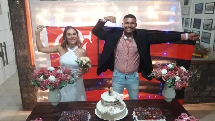 Em Caravelas, casamento com noivo e noiva flamenguistas atrasou por causa da final da Libertadores — Foto: Arquivo pessoal