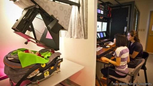 Criança saudável passa por teste para detectar autismo (Foto: Kay Hinton Emory University/BBC)