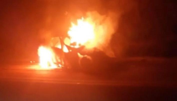 Veículo pegou fogo na BR-262, em Minas Gerais — Foto: Polícia Rodoviária Federal/Divulgação